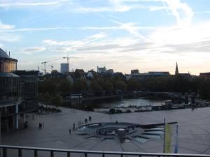 Ausblick über Kölns Dächer vom Balkon des Startplatzes. Trotz des prächtigen Sonnenscheins hat sich keiner danach gesehnt, im Park zu sitzen.