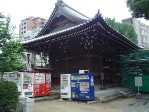 """God and Mammon - A shrine and some vending machines in Fukuoka."" Von 邰秉宥 auf flickr.com. Lizenz Creative Commons 2.0"