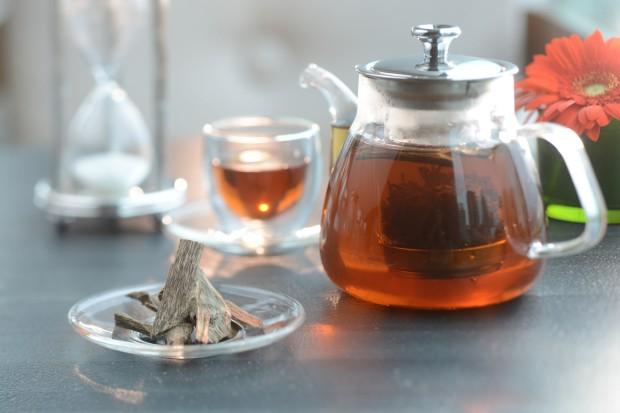Tee mit einem Schälchen Adlerholz, auch Paradies-, Rosen-, Aloe-, Agallocheholz, Oudh oder Calambac genannt. Bild von InterContinental Hong Kong, Lizenz: Creative Commons 2.0