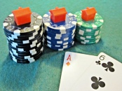 """""""Casino Chips with houses on top"""" von Images Money via flickr.com. Lizenz: Creative Commons"""