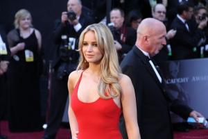 """Jennifer Lawrence, bekannt aus The Hunger Games, droht jedem mit rechtlicher Verfolgung, der die geleakten Nacktbilder von ihr verbreitet. Bild: """"Jennifer Lawrence at the 83rd Academy Awards Red Carpet"""" von Mingle MediaTV via flickr.com. Lizenz: Creative Commons"""