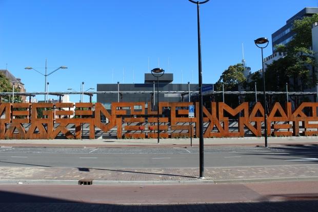 """Stadthuisplein Tilburg"" von Metro Centric via flickr.com. Lizenz: Creative Commons 2.0"