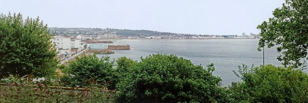 Ein Blick auf die Bucht von Saint Helier, der Hauptstadt der Insel Jersey. Fotografiert von Robert Lindsdell, geteilt über flickr.com. Lizenz: Creative Commons