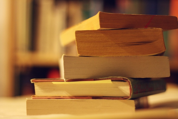 """Book sale loot"" von Ginny. Lizenz: Creative Commons"