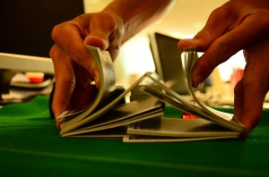 """Riffle Shuffle"" von  Poker Photos via flickr.com. Lizenz: Creative Commons"