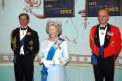 Täuschend echt: Queen Elisabeth mit den Prinzen Charles Philip im Wachsfigurenkabinet von Madame Tussauds. Bild von Axel Schwenke via flickr.com. Lizenz: Creative Commons