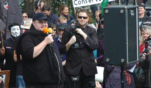 """Kim Dotcom addresses the crowd"". Foto von Peter Harrison via flickr.com. Lizenz: Creative Commons"