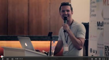 Mike Hearn spricht auf einer Konferenz. Bild ist ein Screenshot aus einem Video.
