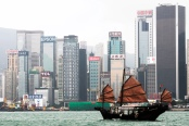 "Dschunke vor Hongkong. Bild: ""The Duk Ling"" von Vin Crosbie via flickr.com. Lizenz: Creative Commons"