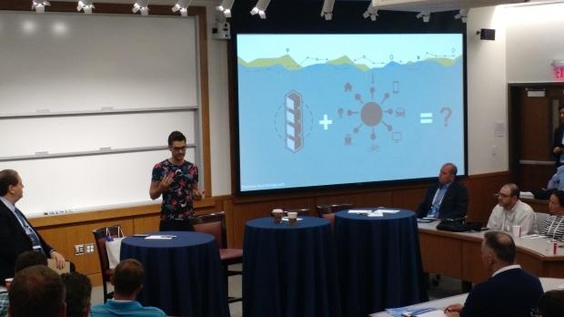 Dominik stellt IOTA auf einer Konferenz vor