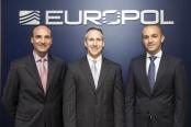 Das Foto unter der Pressemitteilung wirft Fragen auf. Hat Europol Humor? Oder schauen Polizisten einfach nur zu viele Hollywood-Filme?