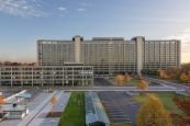 Bundesbank-Hauptgebäude mit Parkplätzen