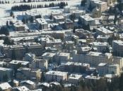 Plattenbauten im Schnee - aus irgendeinem Grund wurde das Schweizerische Davos der Ort, an dem sich die Elite trifft. Bild von samirli via flickr.com, Lizenz: Creative Commons